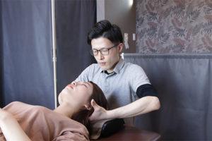 首に施術をしている写真